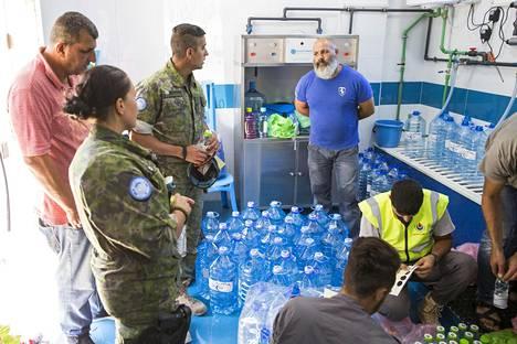 Vedenpuhdistuslaitos on yksi siviiliyhteistyöprojekteista. Tulkki Omar Al-Kubaisi kääntää paikallisten esittelyä.