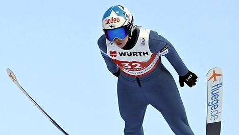 Julia Kykkänen on yksi Suomen hyppääjistä sekajoukkueiden normaalimäen kilpailussa.