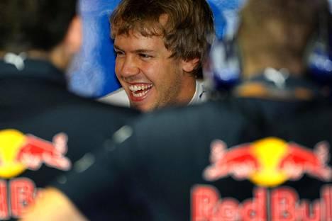 Vuonna 2010 pilke silmäkulmassa ensimmäistä mestaruuttaan jahdannut Vettel on enää kaukainen muisto.