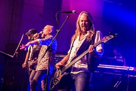 Basisti Jay Lewis on tuttu Yö-yhtyeen riveistä.