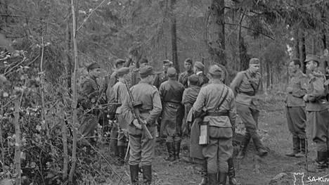 Suomalaiset ja neuvostoliittolaiset joukot tapaavat Kannaksella tulitauon solmimisen jälkeen.