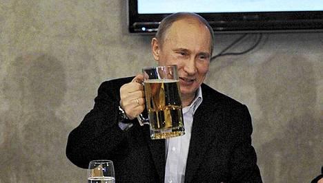 Vladimir Putin nautiskeli Venäjän jalkapalloliiton satavuotisjuhlissa Pietarissa äskettäin.