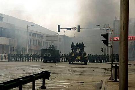Kiina on kertonut satojen haavoittuneen mellakoissa.