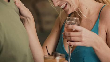 Pienistäkin alkoholimääristä voi tulla yhteisvaikutuksia pitkäaikaislääkkeiden kanssa, jos alkoholia käytetään muutama viikko säännöllisesti esimerkiksi kesälomalla.