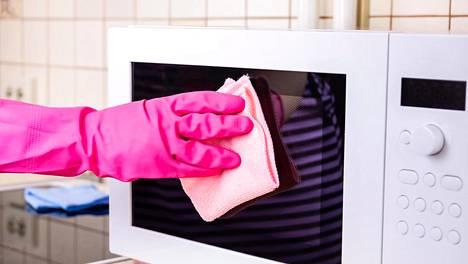 Mikro on monessa kodissa arkena kovalla käytöllä. Hajut lähtevät ruoka-aineella, joka löytyy leivontakaapista.