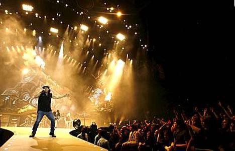 AC/DC:n keikka Birminghamissa alkoi katastrofaalisissa merkeissä. Kuva Lontoosta, jossa bändi aiemmin esiintyi.