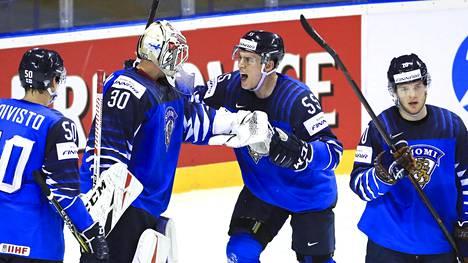 Tämän kuvan kultaleijonista MM-kisajoukkueessa ovat tänäkin keväänä kenttäpelaajat Miika Koivisto (vas.), Atte Ohtamaa ja Niko Ojamäki. Maalivahti Kevin Lankinen ei ole puolustamassa MM-kultaa.