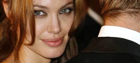 Grazia-lehden mukaan Angelina Jolie suunnittelee vihdoin häitä Brad Pittin kanssa. Häät pidettäisiin piilossa julkisuudelta.