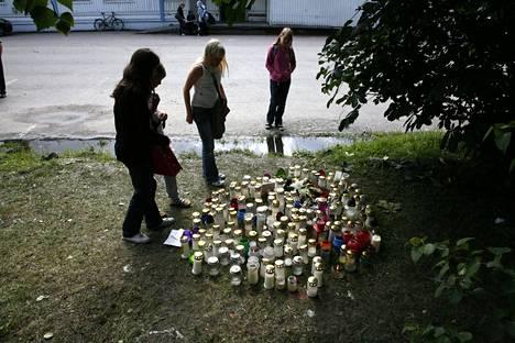 Surmapaikan läheisyyteen tuotiin elokuussa 2008 runsaasti kynttilöitä ja kukkasia menehtyneen muistoksi.