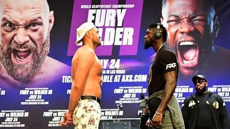 Tyson Fury (vas.) ja Deontay Wilder