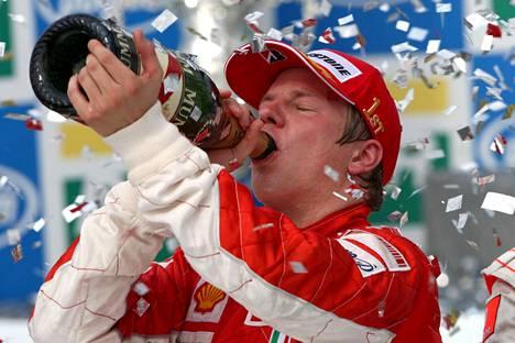Kimi Räikkönen otti huikkaa maailmanmestaruuden kunniaksi vuonna 2007 Brasiliassa – ja nimenomaan Ferrarin ajohaalareissa.