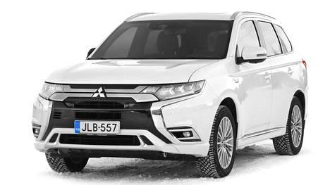 Mitsubishi Outlander PHEV 4WD: neliveto on helppo toteuttaa sähköllä. Polttomoottori pyörittää etupyöriä, ja takapyörien sähkömoottorille voimaa siirretään kardaaniakselin sijaan sähköjohdolla.