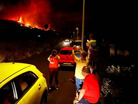 Paikalliset seurasivat purkausta El Pasossa La Palmalla sunnuntaina.