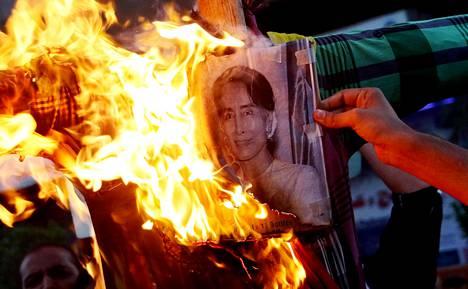 Mielenosoittajat polttivat Aung San Suu Kyin kuvia Karachissa Pakistanissa. Useissa muslimienemmistöisissä maissa on protestoitu voimakkaasti Myanmarin armeijan raakoja otteita rohingya-vähemmistöä kohtaan.