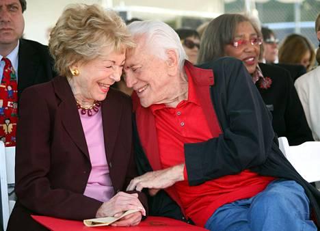 Kirk Douglasi jäivät kaipaamaan lapsien, lapsenlapsien sekä lapsenlapsenlapsien lisäksi pitkäaikainen puoliso Anne.