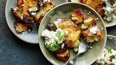 Herkulliset mäiskyperunat maistuvat sellaisenaan feta- ja oliivitahnan kanssa.