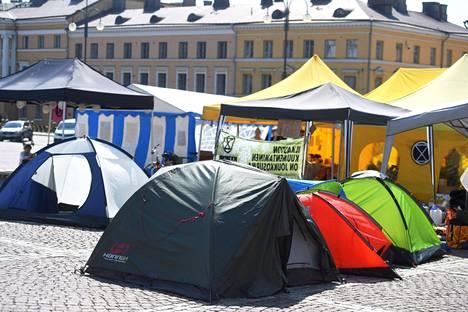 Elokapinan piti telttaleiriä Senaatintorilla maanantaina.