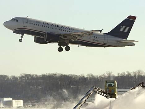 Sekä Deltan että US Airwaysin matkustajat voivat jo ostaa lennonaikaisia internetyhteyksiä.