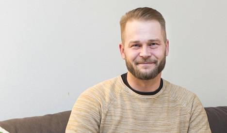 Santanderin Hyvä joulumieli -kampanjassa haluttiin muistaa Pienperheyhdistyksen tärkeää vapaaehtoistoimintaa – tavallisia suomalaisia miehiä eli mieskavereita. Kuvassa Lasse Sariola.