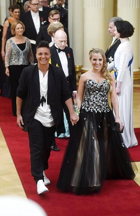 Nyrkkeilijä Elina Gustafssonin (vasemmalla) naisystävä Emmi Asikainen pukeutui tummaan leveähelmaiseen juhlapukuun.
