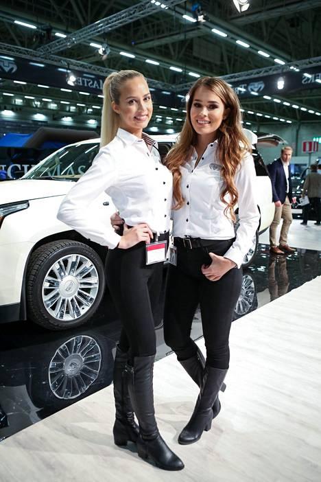 Sara (oik.) edusti automessuilla yhdessä Emilia Seppäsen kanssa.