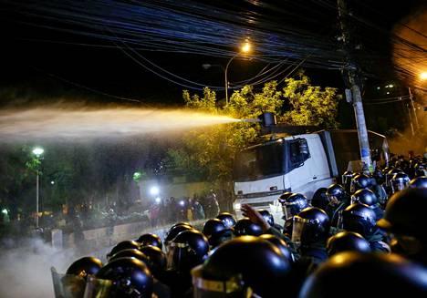 Poliisien vesitykki mielenosoituksessa La Pazissa Boliviassa.