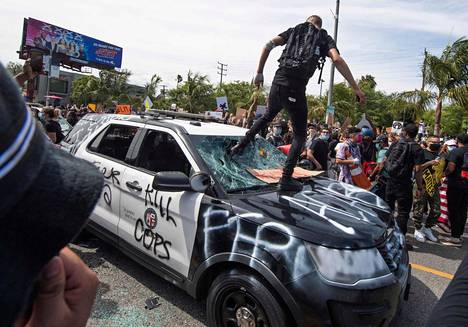 Mies hyppii auton päällä Los Angelesissa.