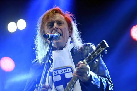 Tommi Läntinen lauloi Via Dolorosan. Suomifutiksen kärsimysten tie päättyi EM-kisapaikkaan.