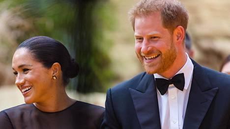 Prinssi Harry on tutustuttanut vaimonsa herttuatar Meghanin Britannian suihkuseurapiireihin.