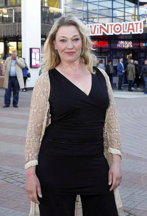 –Lähden Ruotsiin kuvaamaan elokuvaa, palkittu näyttelijä Outi Mäenpää kertoi.