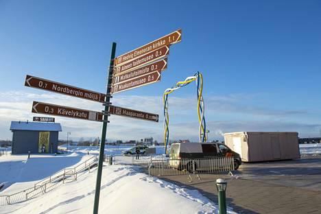 Länsirajalla näkyvät nyt Suomen ja Ruotsin viranomaisten autot.