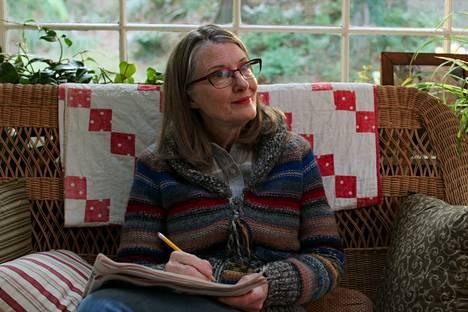 Annette O'Toole näyttelee pormestari Hope McCreaa.