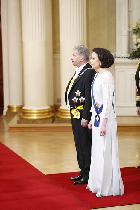 Jenni Haukio oli itse pukeutunut valkoiseen, koivusta valmistettuun asuun.