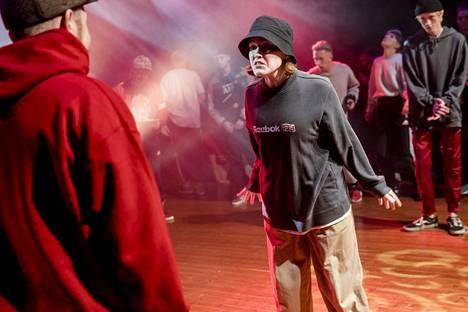 Hiphopin yksi kilpailumuoto on battle. Siinä vastustaja yritetään tanssia suohon.