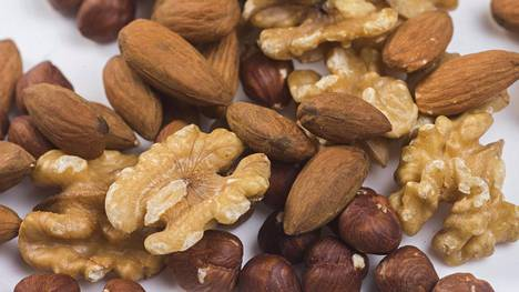 Esimerkiksi pähkinöissä on hyviä rasvahappoja.
