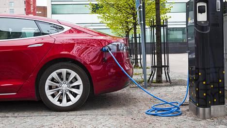 Sähköautoilun edistämiseksi olisi varmistettava, että tarvittava infrastruktuuri on paikallaan. Sähköautojen kohdalla se tarkoittaa muun muassa latauspisteitä ja muuta jakeluverkkoa, Sitra sanoo.