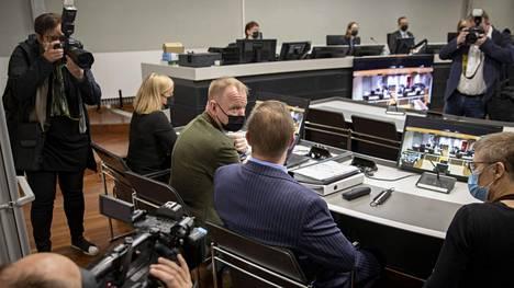 Viisikymppinen tanskalaismies (selin kuvaan, sinisessä puvussa) kiistää syytteen murhasta.