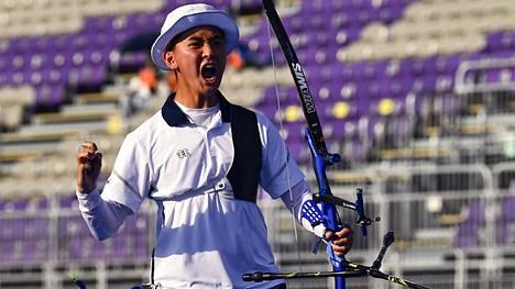 Etelä-Korean vasta 17-vuotias Kim Je Deok riemuitsi lauantaina upeasta onnistumisestaan.