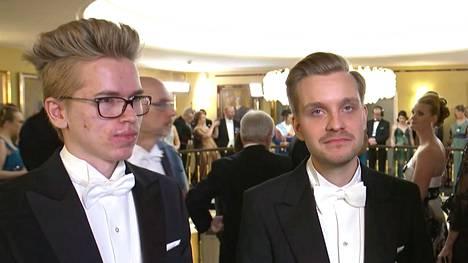 E-urheilun menestyjät Topias Taavitsainen (vas.) ja Jesse Vainikka nähtiin Linnan juhlissa.