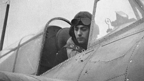 Eric Melrose Brown loi pitkän uran kuninkaallisen laivaston lentäjänä.