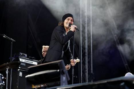 Ville Valo hurmasi yleisön Ruisrockin Rantalavalla.