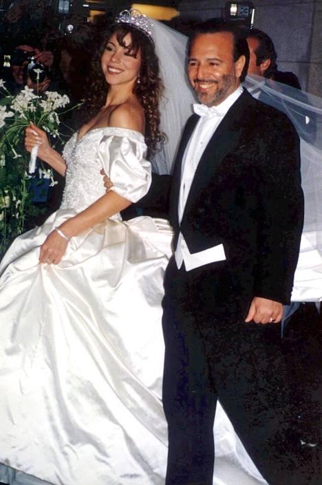 Carey avioitui Tommy Mottolan kanssa kesällä 1993. James Packer (kesk.) ei pitänyt Careyn tuhlailusta. Nykyään Careyn käsipuolessa viihtyy Bryan Tanaka (oik.)