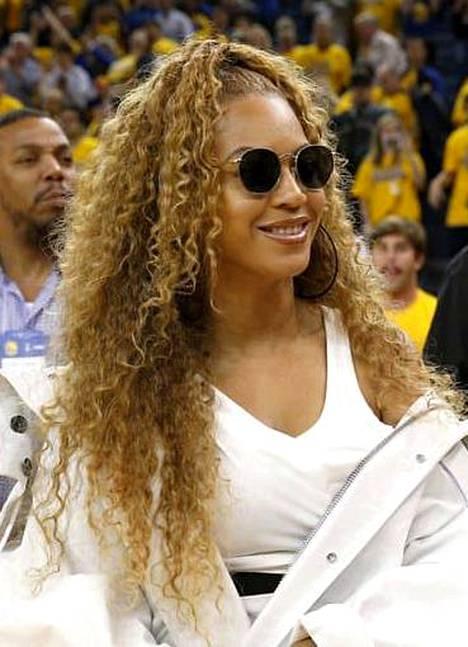 Laulaja Beyoncén häikäisevät kiharat vaativat aurinkolasit sisälläkin.
