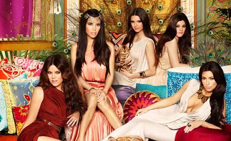 Kardashianien klaanin Kim (oik.) käväisi naimisissa koripalloilija Kris Humphriesin kanssa.