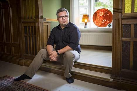 Tommi Kinnusen kotona Turun Luostarinkadulla, aivan Luostarinmäen Käsityöläismuseon vieressä, on esillä kirjailijan anopin tekemiä lasipuhallustöitä.
