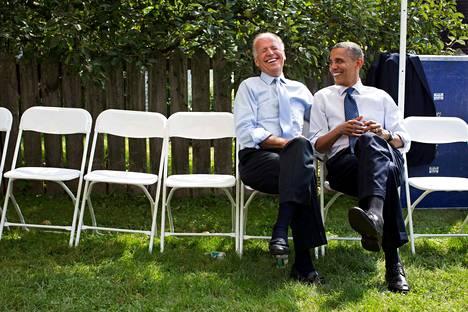 Obamalla ja Bidenilla on hauskaa valmistautuessaan kampanjatilaisuuteen vuonna 2012.