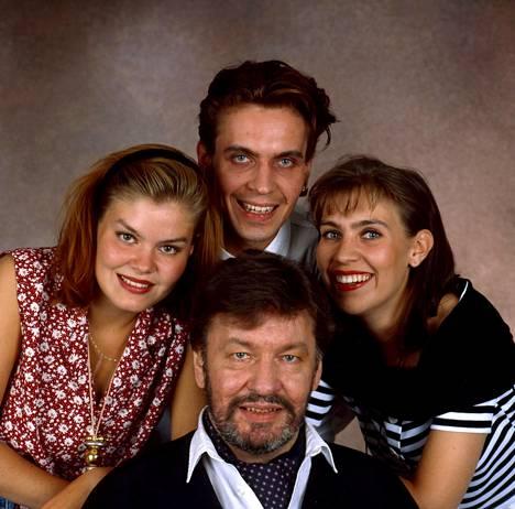 Laulavat Hanskit eli Pinja (vas.), Janus ja Anna isänsä Sepon kanssa vuonna 1993. Me Hanskit -esitys pyörii parhaillaan Savoy-teatterissa. Esityksellä Anna haluaa sisarustensa kanssa kunnioittaa isänsä Sepon 60-luvun puolivälissä alkanutta laulajanuraa.