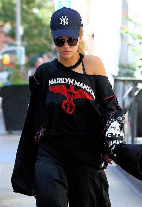 Rita Ora valitsi klassikkoasusteen, New York Yankees -lippiksen.