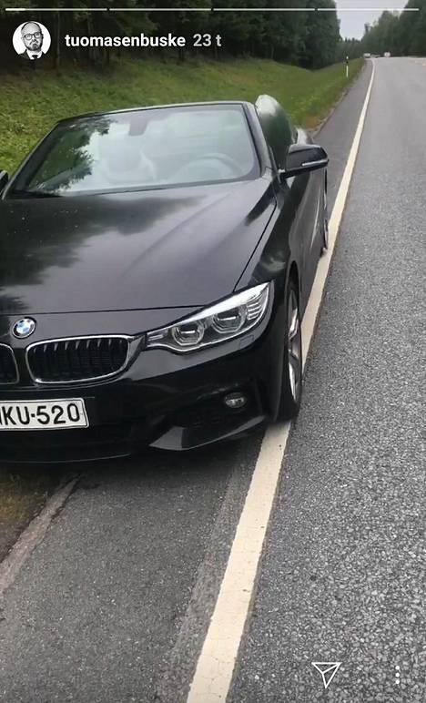 Kuvakaappaus Tuomas Enbusken Instagram-tarinasta. Kuvassa Enbusken BMW ennen kolaria.