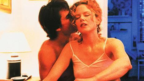 Aviodraama Eyes Wide Shut jäi Stanley Kubrickin viimeiseksi elokuvaksi. Alun perin Kubrick piti Tom Cruisen ja Nicole Kidmanin avioliittoa elokuvalle haitallisena.